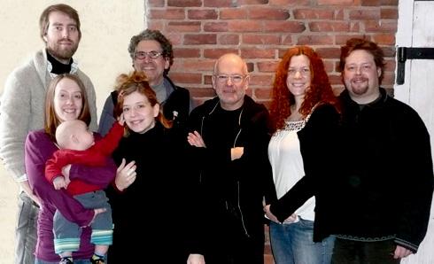 À l'arrière, de gauche à droite : Pierre-Étienne Locas, René Charbonneau. À l'avant, de gauche à droite : Sarak Balleux, Amélie Montplaisir, Richard Blackburn, Alexandra Myotte, John-Michael Bellamy